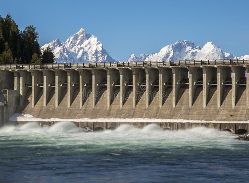 Écoulement de l'eau de Jackson Lake Dam rapidement afin de vider le lac photo libre de droits