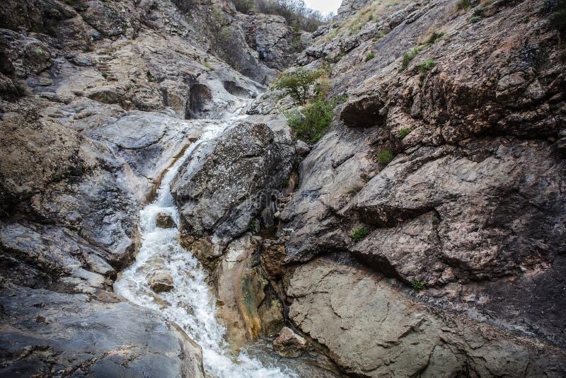 écoulement de l'eau entre les roches image stock