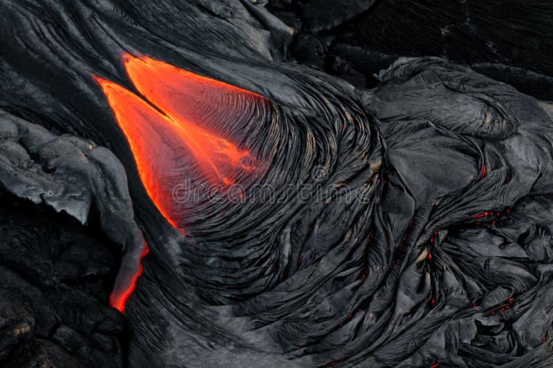 Écoulement de lave fondue d'un rouge ardent dramatique photo stock