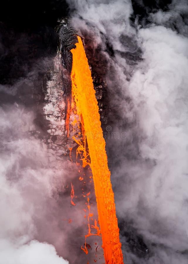 Écoulement de lave orange lumineux de volcan de Kilauea photos libres de droits