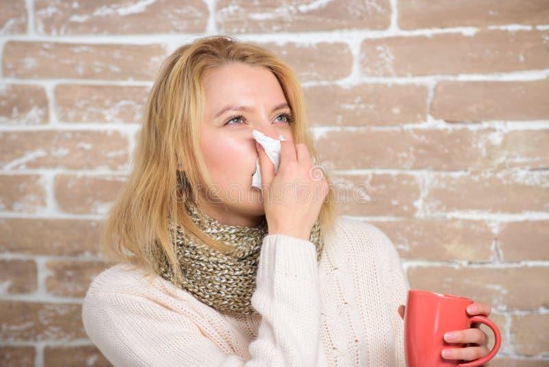 Écoulement nasal et d'autres symptômes du froid Fluide potable d'abondance important pour assurer le prompt rétablissement du fro photo libre de droits