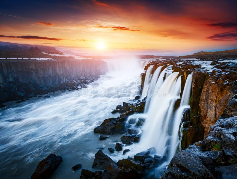 Écoulement rapide de cascade puissante de Selfoss de l'eau Peu commun et gorgeo photos stock