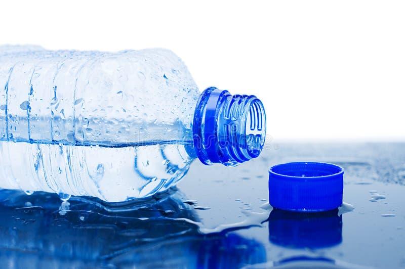 Écoulements d'eau d'une bouteille photo libre de droits