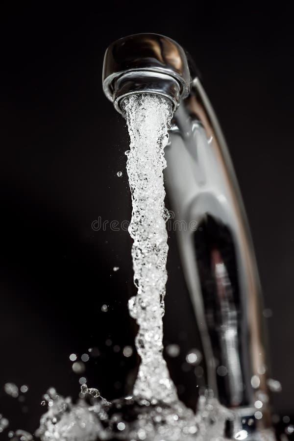 Écoulements d'eau de la prise photo stock