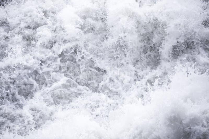 Écoulements d'eau sous pression aux barrages hydro-électriques images libres de droits