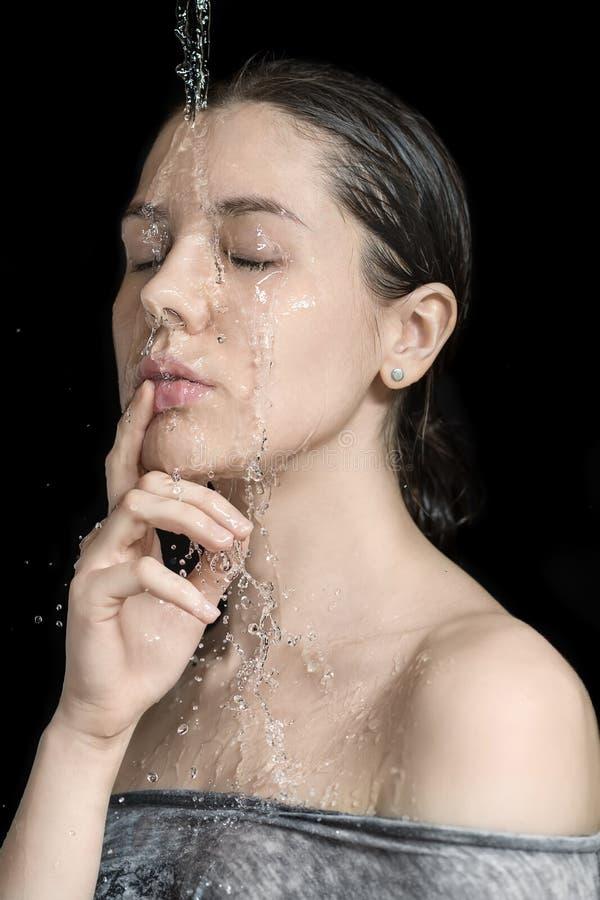 Écoulements d'eau sur le visage du ` s de femme image libre de droits