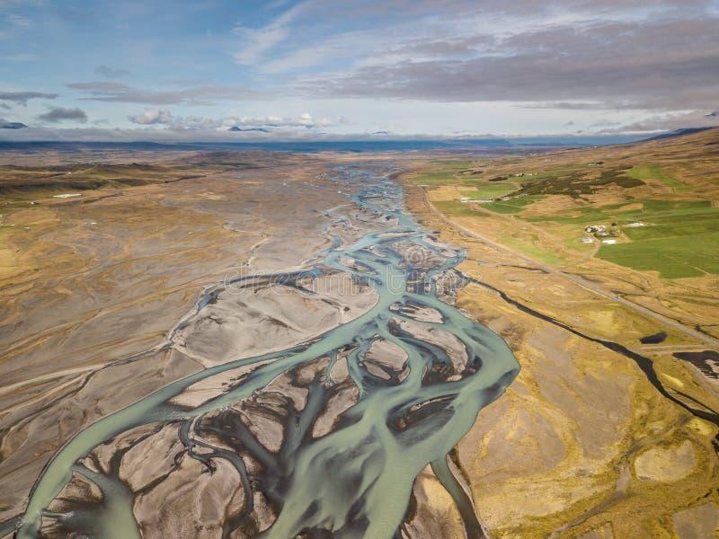 Écoulements glaciaires de rivière vers l'océan arctique images stock