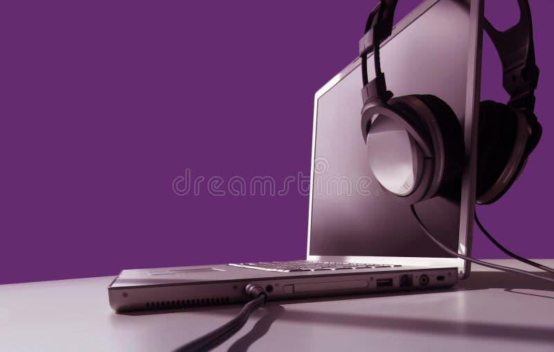 Écoute d'ordinateur portatif image libre de droits