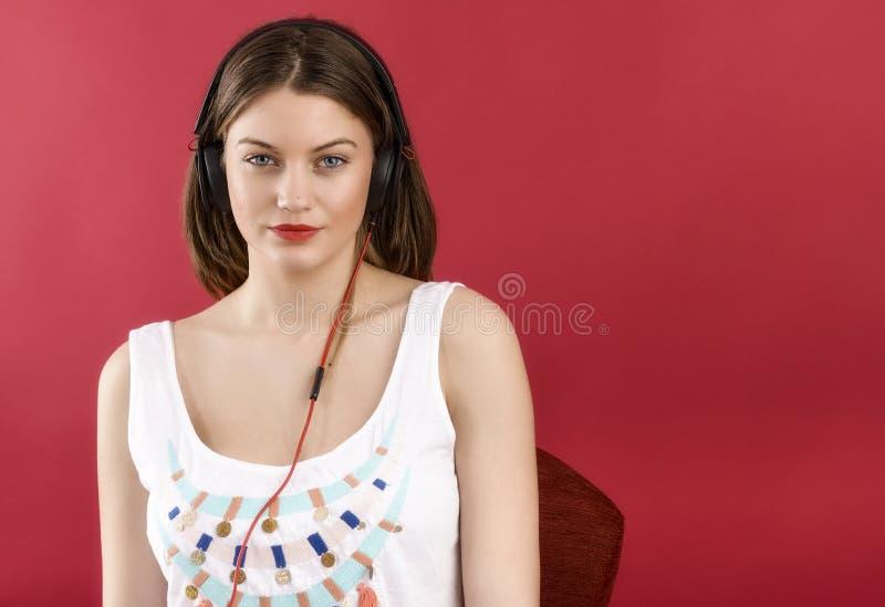 Écoute de danse de femme de musique d'écouteurs photographie stock