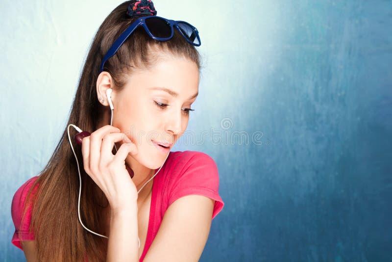 Écoutent la musique photo libre de droits