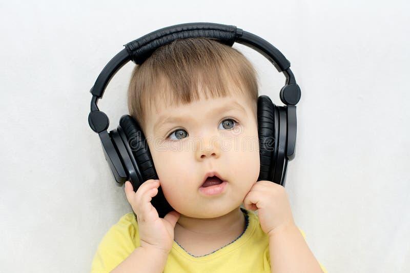 Écoutent la musique et chantent photos stock