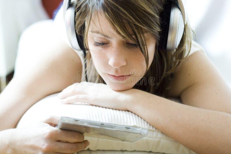 Écouter la musique image stock