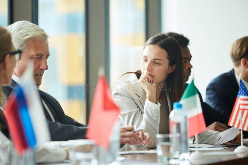 Écouter le représentant de pays lors de la réunion de gouvernement image libre de droits