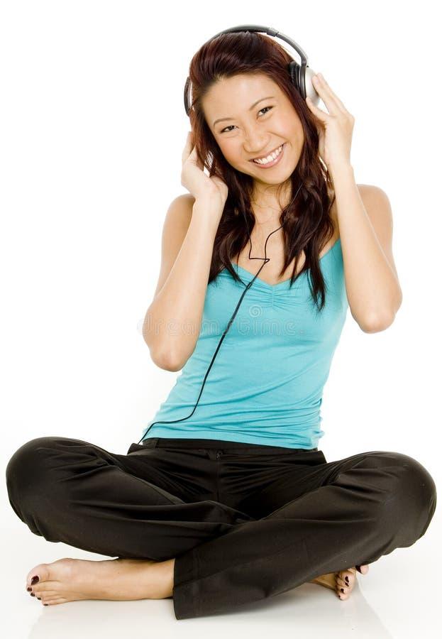 Écouter se reposant la musique images libres de droits