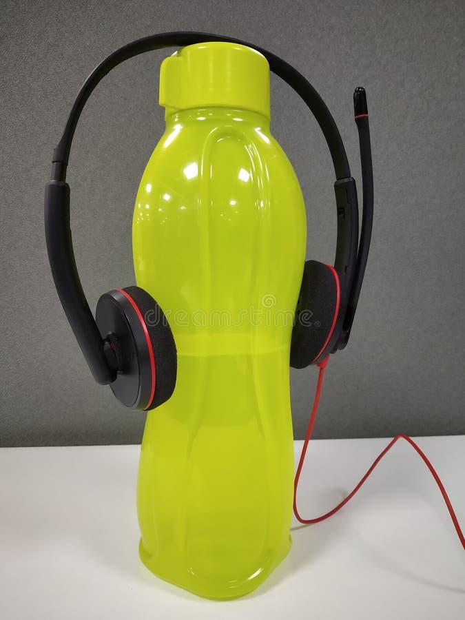 écouteur sur la bouteille d'eau image libre de droits