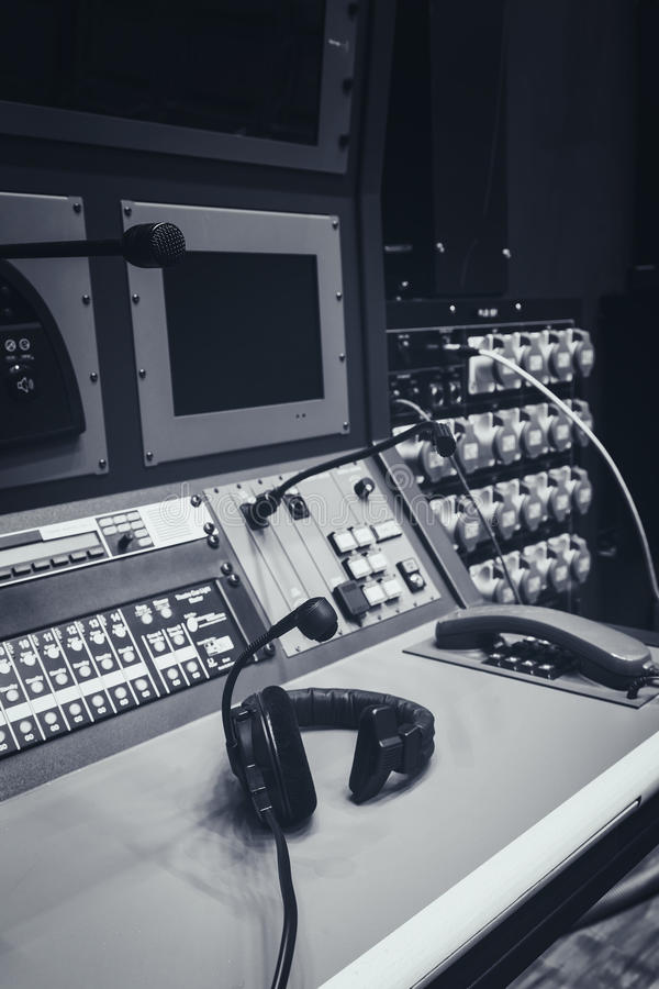 Écouteur sur le pupitre de commande de mélangeur de musique dans le studio photographie stock libre de droits