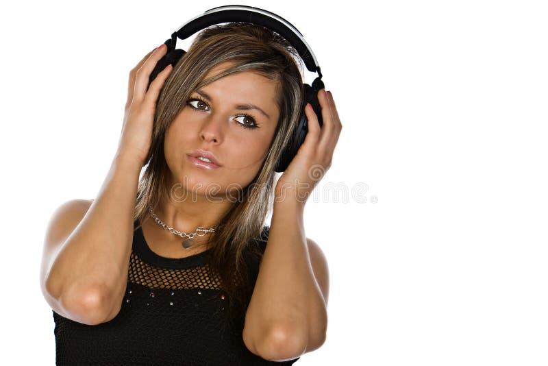 écouteurs attrayants de brunette photographie stock