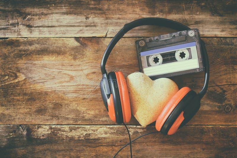 Écouteurs avec cassette de bande de coeur de tissu la prochaine photo libre de droits