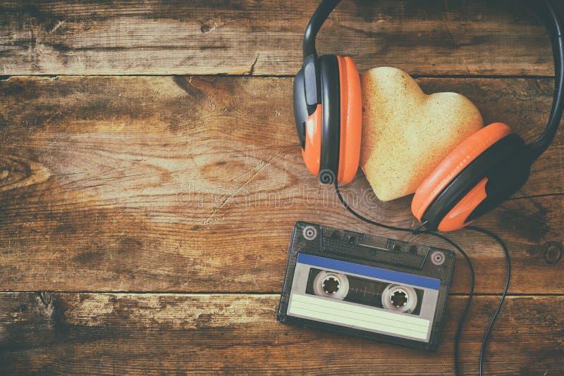 Écouteurs avec cassette de bande de coeur de tissu la prochaine photographie stock