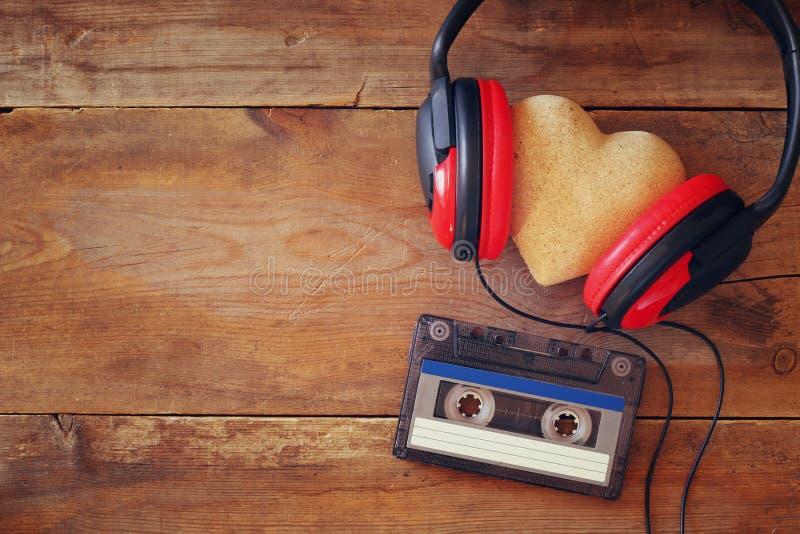 Écouteurs avec cassette de bande de coeur de tissu la prochaine photos libres de droits