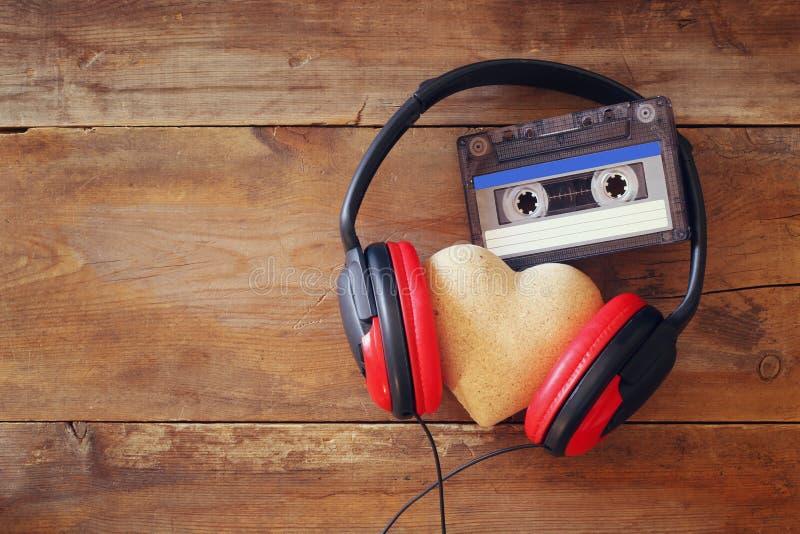 Écouteurs avec cassette de bande de coeur de tissu la prochaine image stock