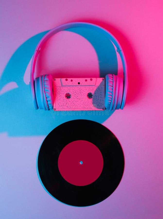 Écouteurs avec la cassette sonore, disque vinyle 80s photos libres de droits