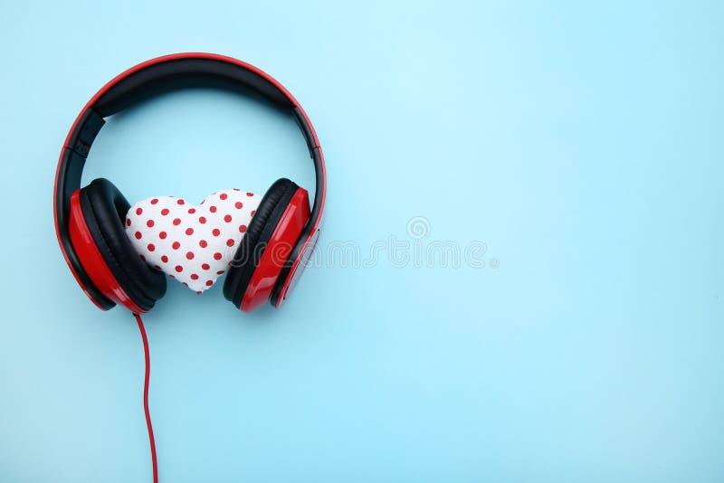 Écouteurs avec le coeur de tissu photographie stock