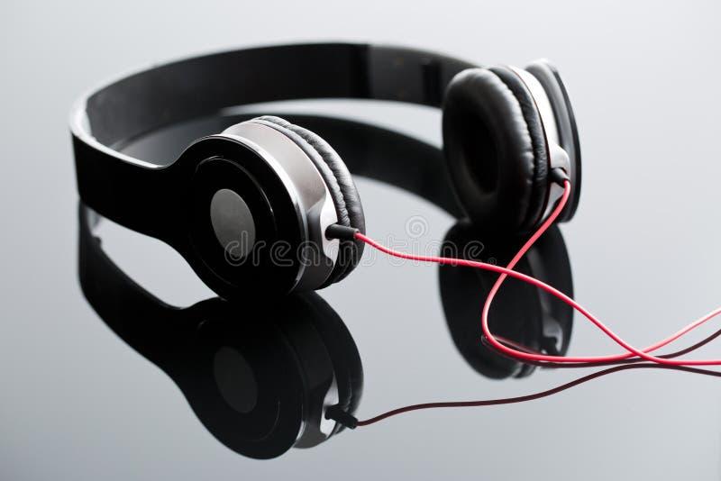 Écouteurs de câble par noir images libres de droits