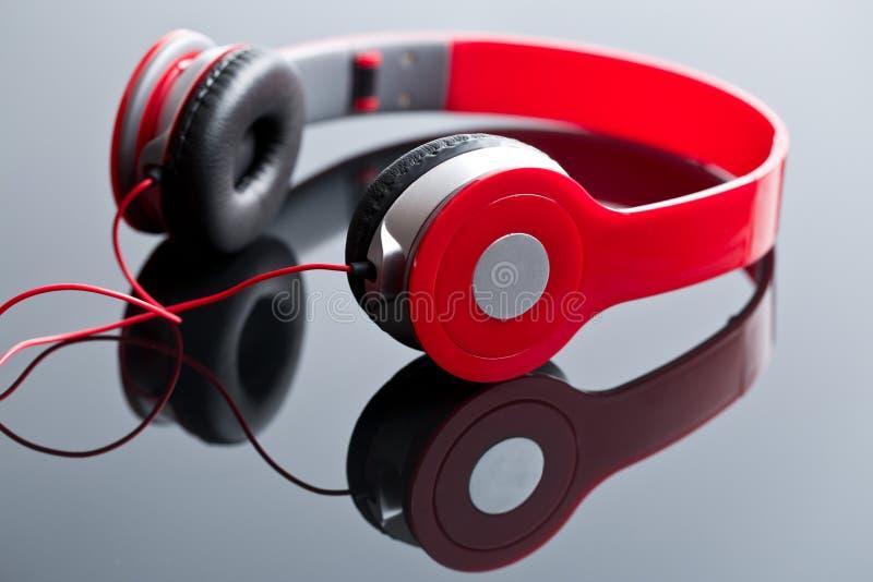 Écouteurs de câble par rouge photo libre de droits