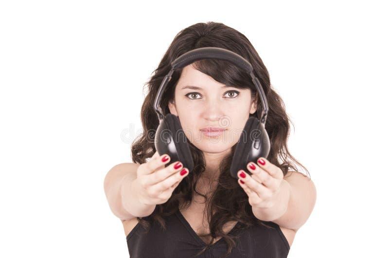Écouteurs de offre de belle jeune fille à la mode image stock