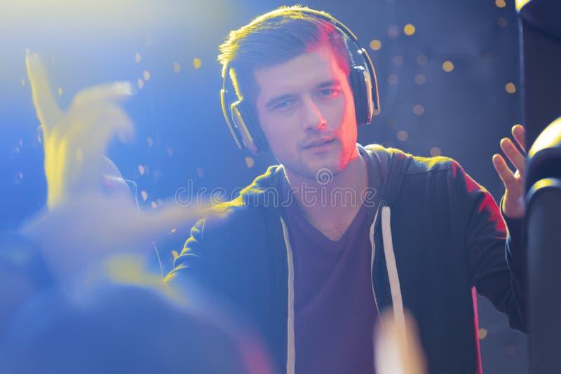 Écouteurs de port charismatiques du DJ photographie stock libre de droits