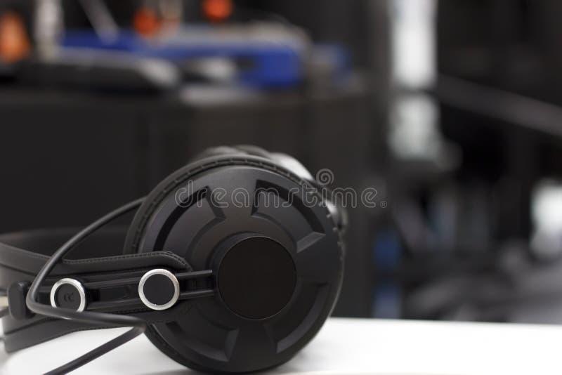 Écouteurs de studio sur le fond de l'équipement audio photographie stock libre de droits