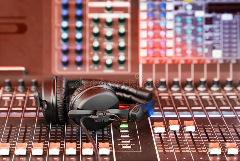 Écouteurs du DJ et mélangeur du DJ photo libre de droits