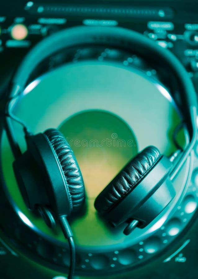 Écouteurs du DJ sur le lecteur de musique CD photographie stock
