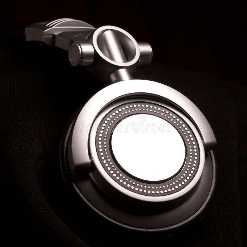 Écouteurs du DJ sur le noir images libres de droits