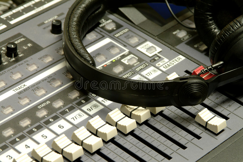 Écouteurs et bureau de mélange photographie stock libre de droits