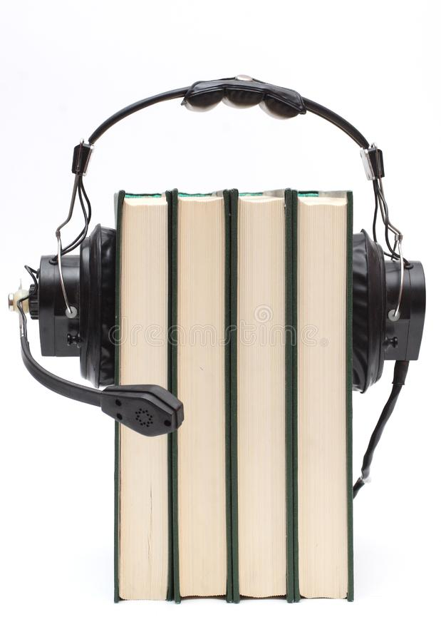 Écouteurs et livres photos stock