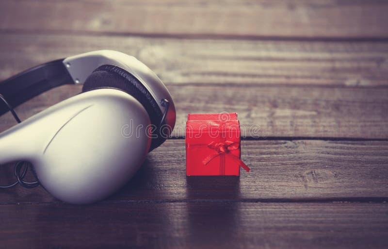 Écouteurs et peu de cadeau photos libres de droits