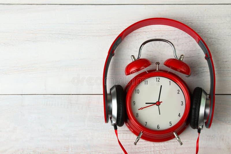 Écouteurs et réveil images libres de droits