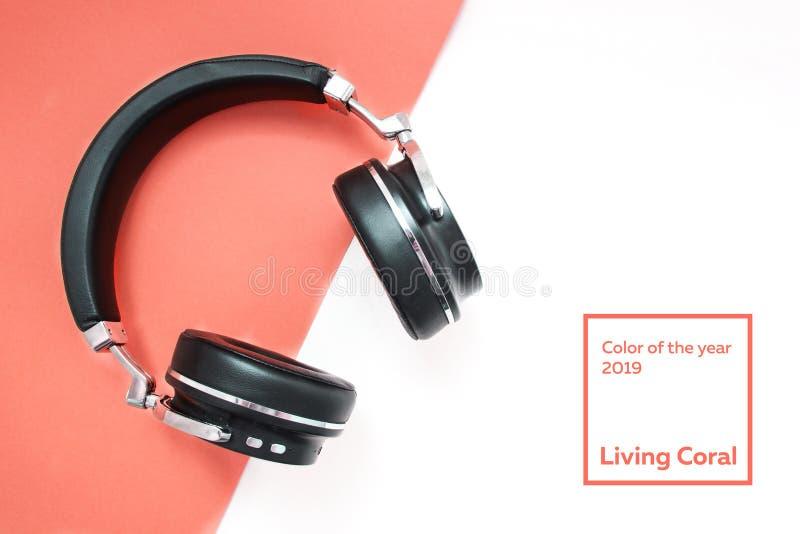 Écouteurs noirs de mode sur le fond jaune Heure d'été urbaine Tissu de turquoise avec un petit somme plissé Couleur de l'année photos libres de droits