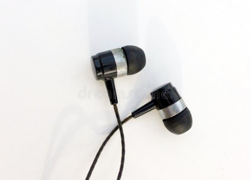 Écouteurs réalistes, écouteurs attachés de musique D'isolement sur le fond blanc Collection d'écouteur d'équipements stéréo, tête photos stock