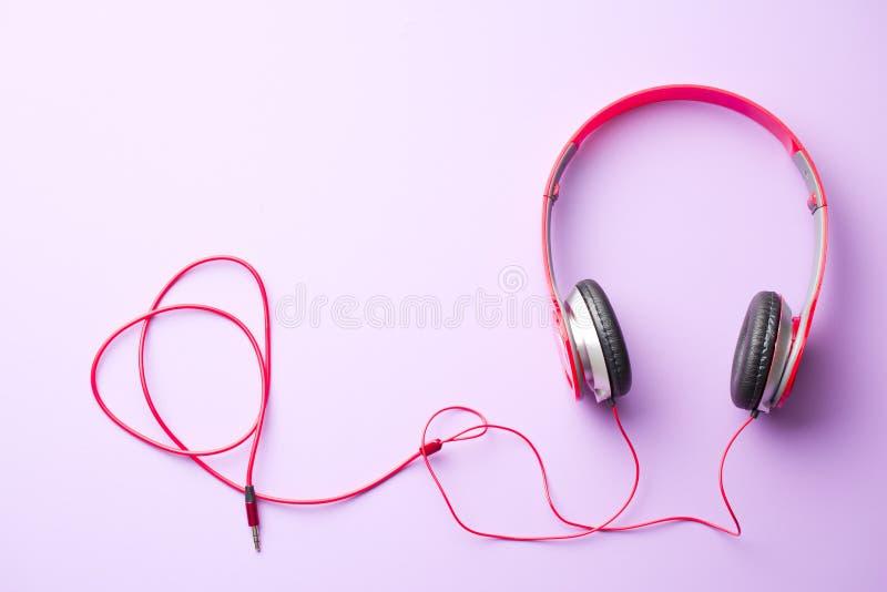 écouteurs rouges images stock