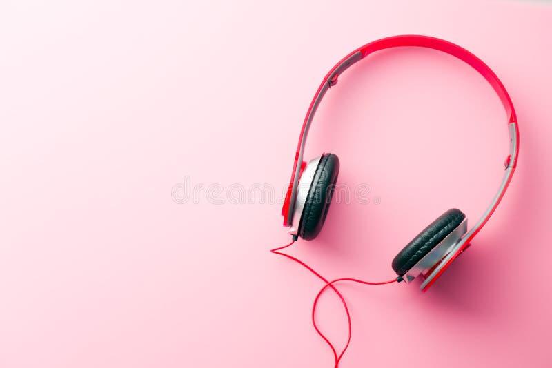 Écouteurs rouges sur le fond rose images libres de droits
