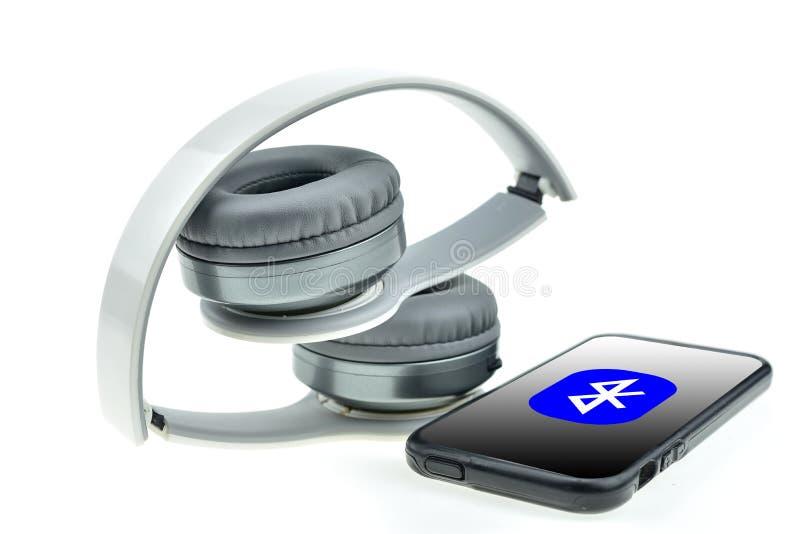 Écouteurs sans fil avec le téléphone de moblie image libre de droits