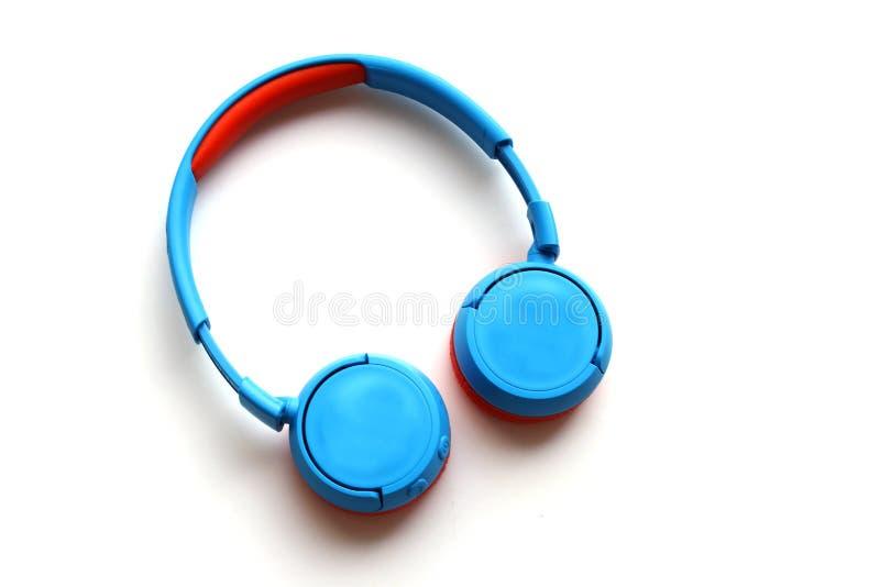 Écouteurs sans fil bleus pour des enfants photo stock