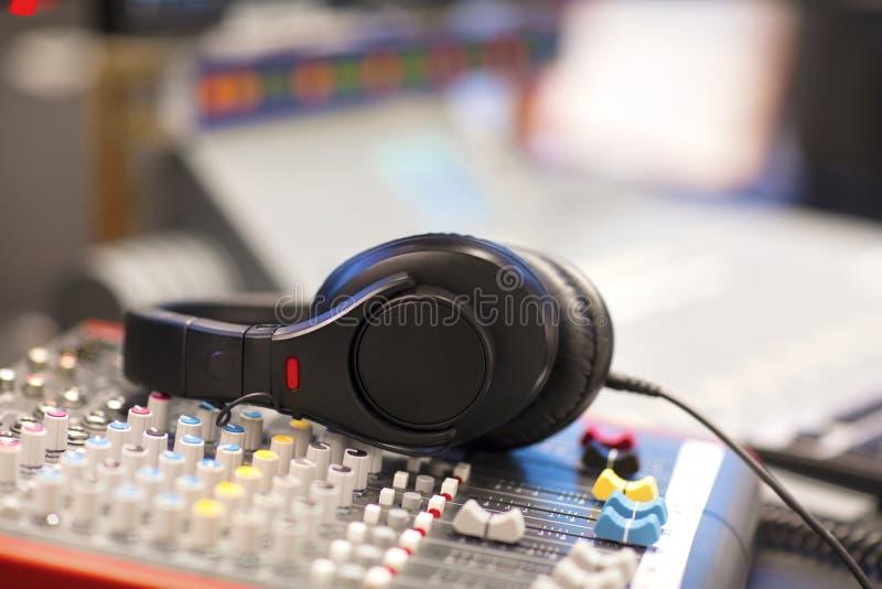 Écouteurs sur la corde de mélangeur dans le studio par radio images stock