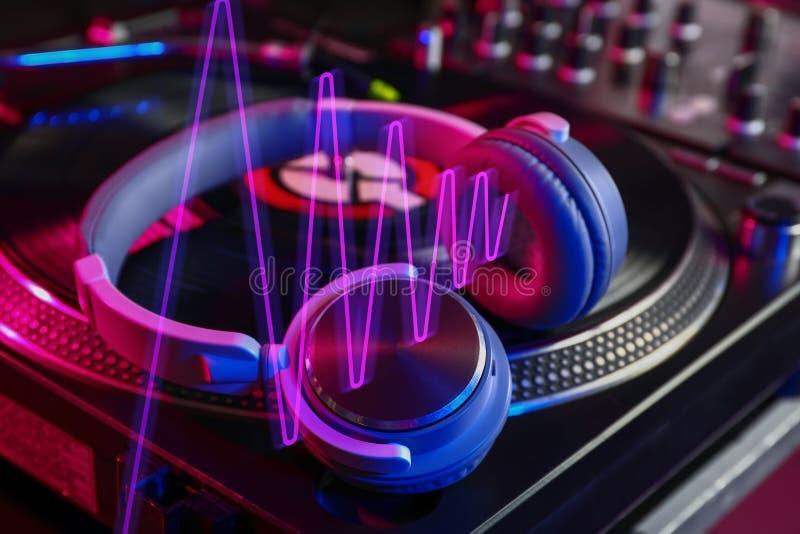 Écouteurs sur le mélangeur moderne du DJ, plan rapproché photographie stock