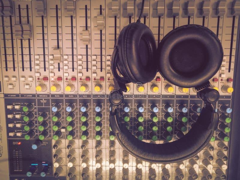 Écouteurs sur un bureau de mélange photos libres de droits