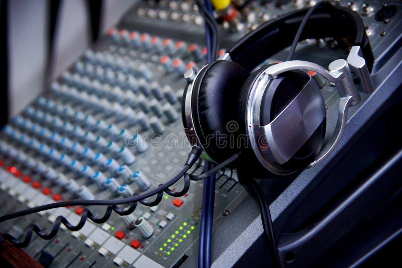 Écouteurs sur un panneau de commande du DJ photo libre de droits