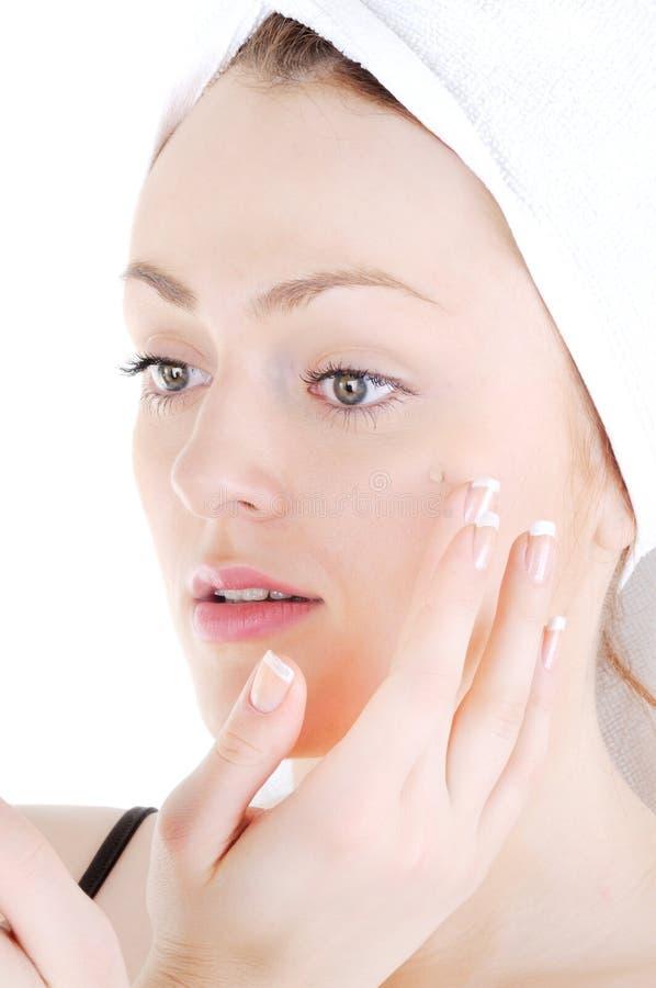 Écrémez appling sur la peau de visage photo stock